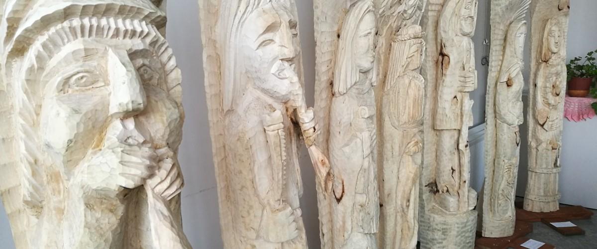 """Kaišiadorių kultūros centro medžio drožinėjimo būrelio (vad. V. Kapačiūnas) darbų paroda """"Koplytstulpiai"""""""